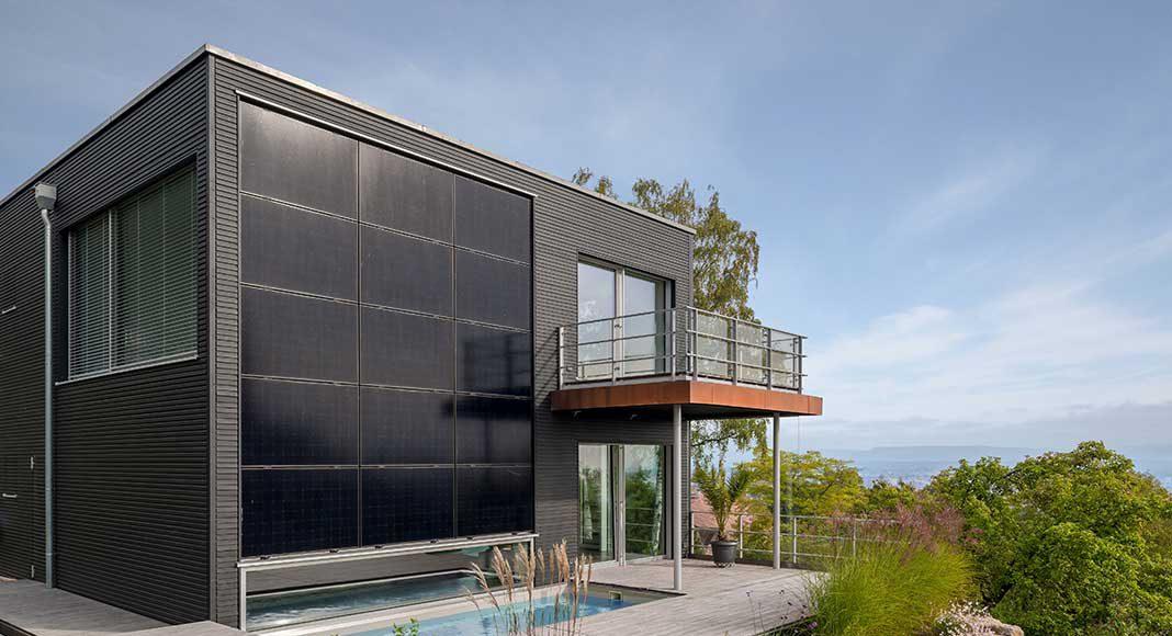 Photovoltaikanlage an der Hausfassade.