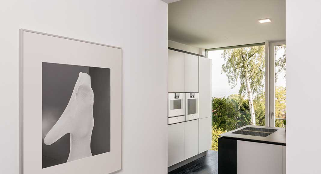 Küche mit großen Glasflächen.