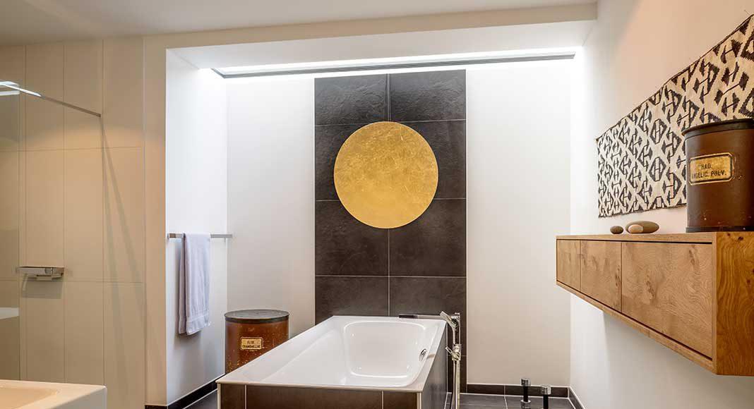 Badezimmer mit edler Innenausstattung.