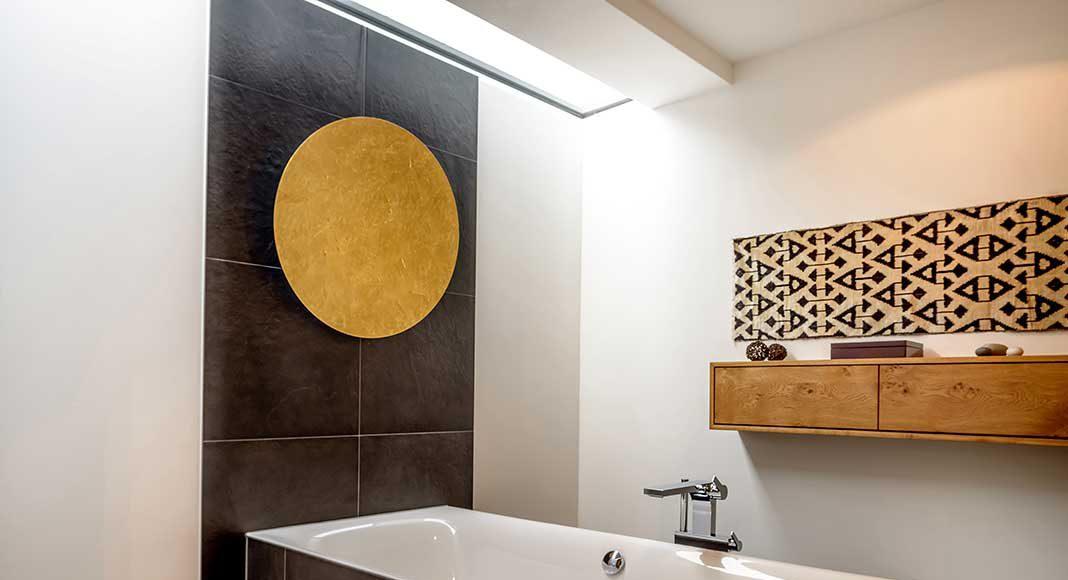 Badezimmer mit freier Badewanne.
