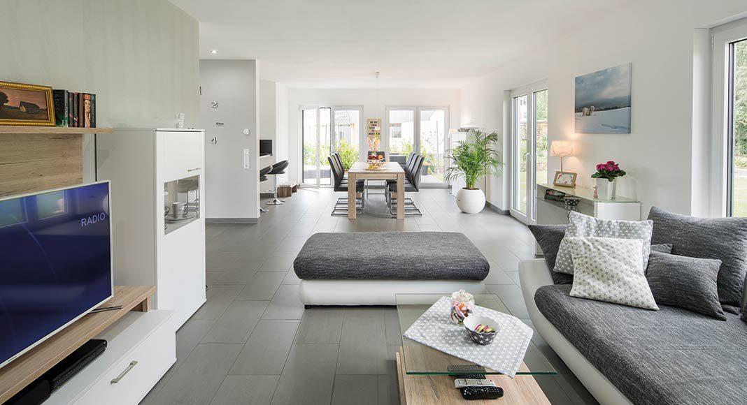 Wohnbereich, Essplatz und Küche bilden einen großen offenen Bereich.