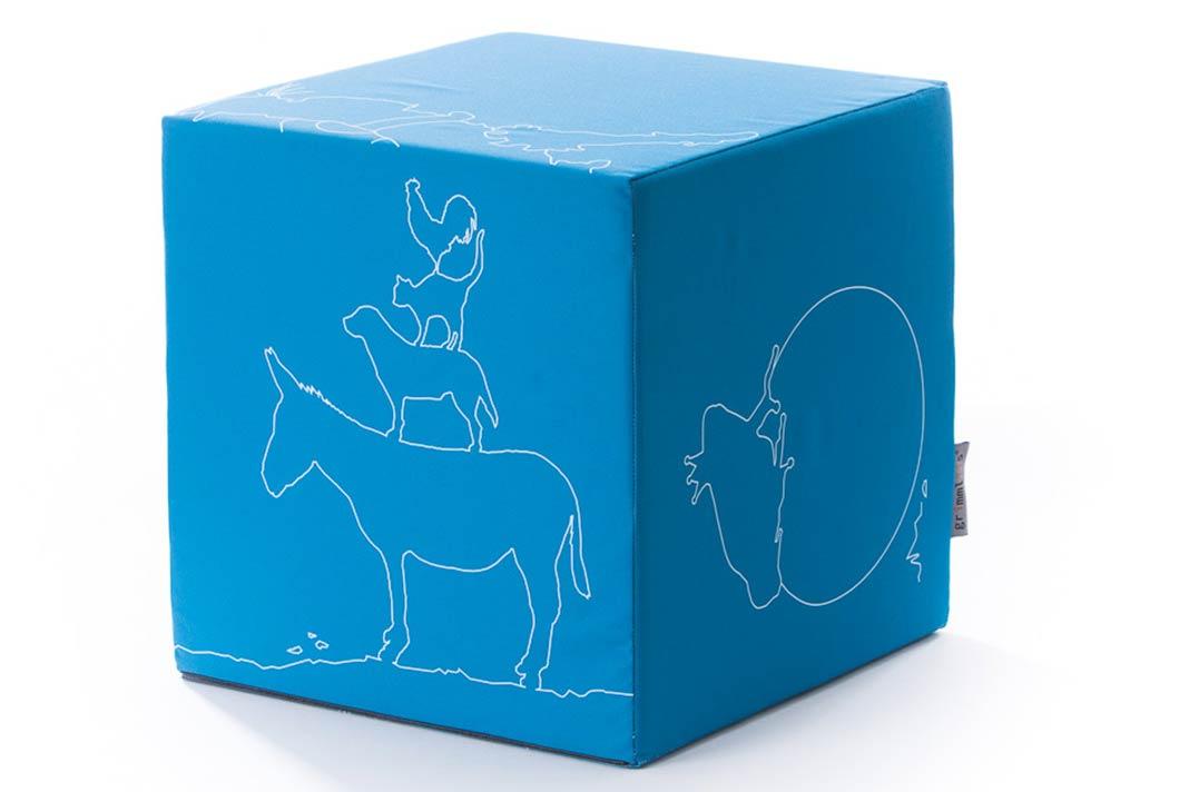 Blauer Sitzwürfel fürs Kinderzimmer