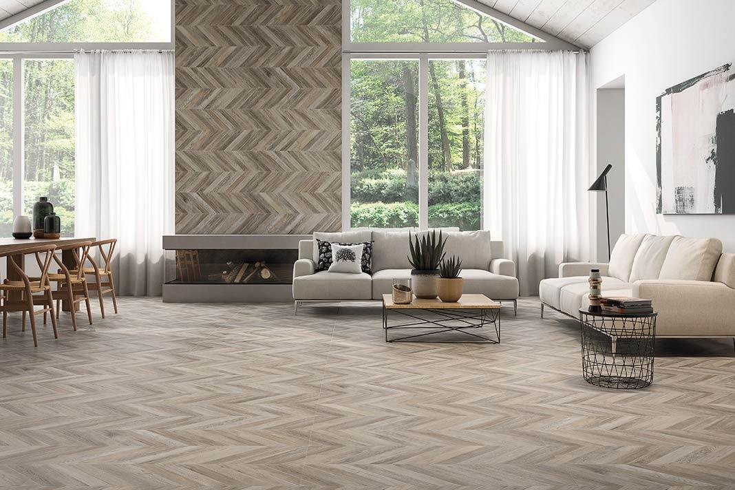 Die Verlegeart im klassischen Chevron-Muster verziert derzeit vermehrt keramische Wand- und Bodenbeläge.
