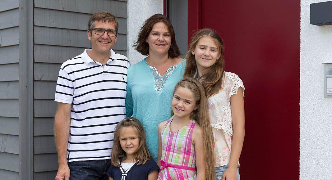 Stefanie und Jochen Pilhofer mit den Töchtern.