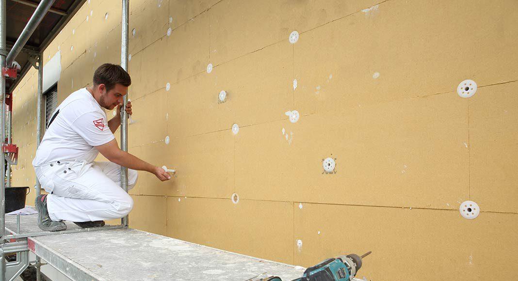 Holzfaser-Dämmstoffe sorgen dafür, dass in der kalten Jahreszeit teure Heizenergie innerhalb der eigenen vier Wände bleibt.