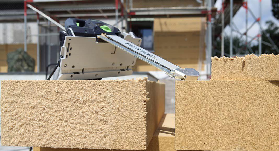 Die Holzfaser wird aus frischem und unbehandeltem Nadelholz aus nachhaltiger Forstwirtschaft hergestellt.