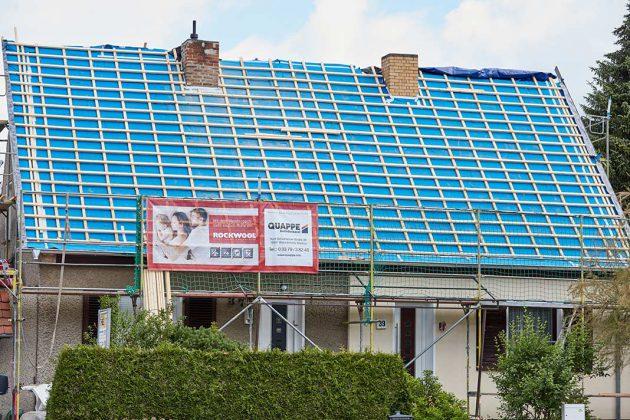 Dachdeckermeister Harmut Quappe rechnet mit knapp vier Wochen Arbeitszeit.