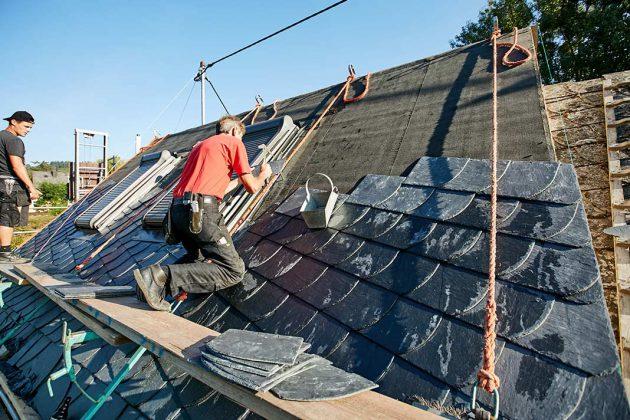 Das neue Dach wird mit einer geschwungenen Bogenschnittdeckung von Rathscheck-Naturschiefer gekrönt.