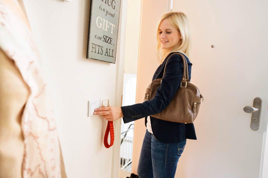 Mit dem Alles-aus-Schalter können beim Verlassen des Hauses definierte Stromverbraucher mit einem Tastendruck ausgeschaltet oder heruntergefahren werden.