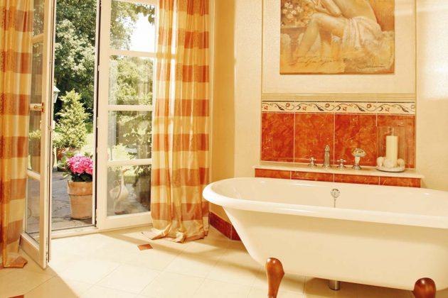 Sämtliche Räume im Erdgeschoss haben über Türen oder Fenstertüren Zugang zum Garten,.