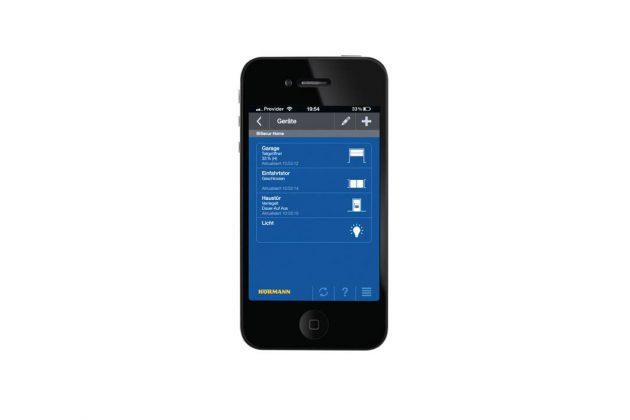 Ein Kontrollblick aufs Smartphone zeigt, ob Haustür und Tore ordnungsgemäß verriegelt sind.