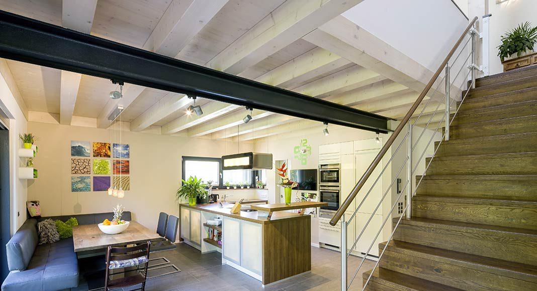 Erdgeschoss mit Küche, Essbereich und geradläufiger Treppe.