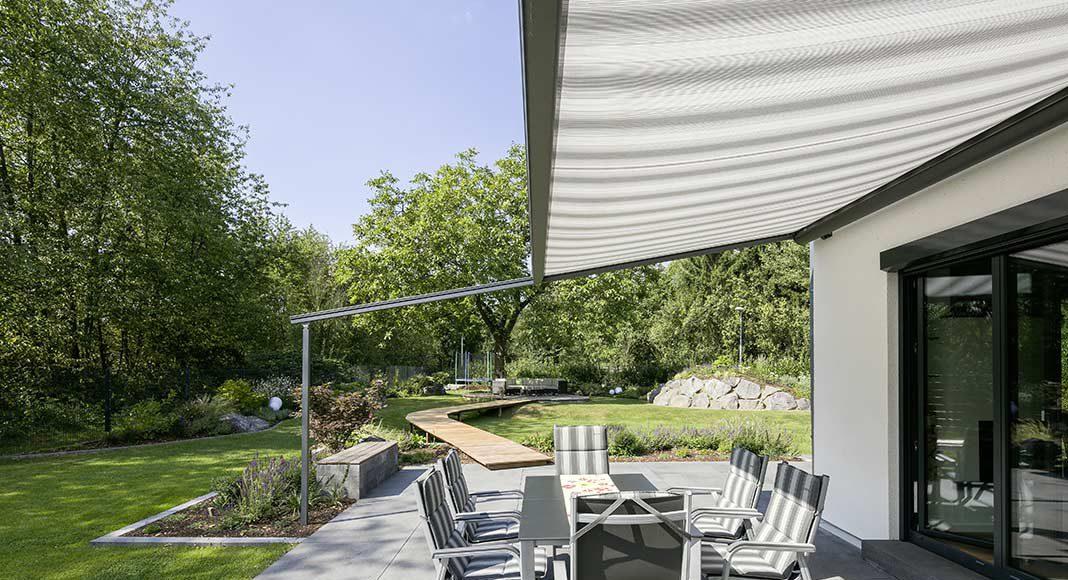 Die Terrasse bietet sich als sonnige Freifläche.