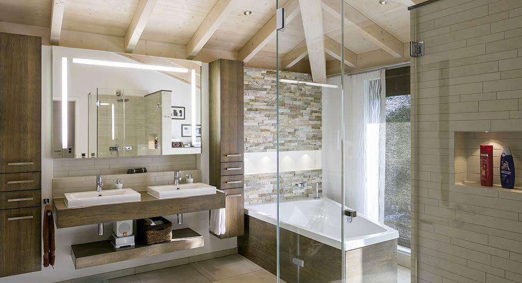 Im Badezimmer herrschen warme naturfarben.