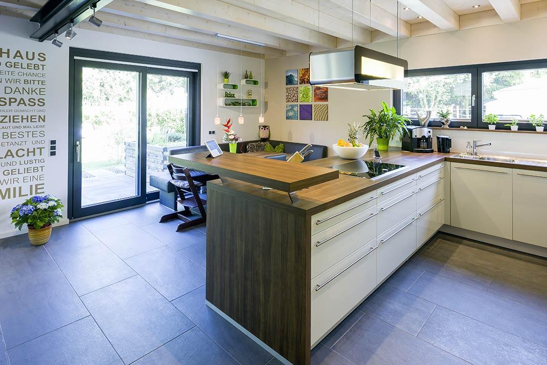 Die Küche bietet genügend Bewegungsfreiheit.