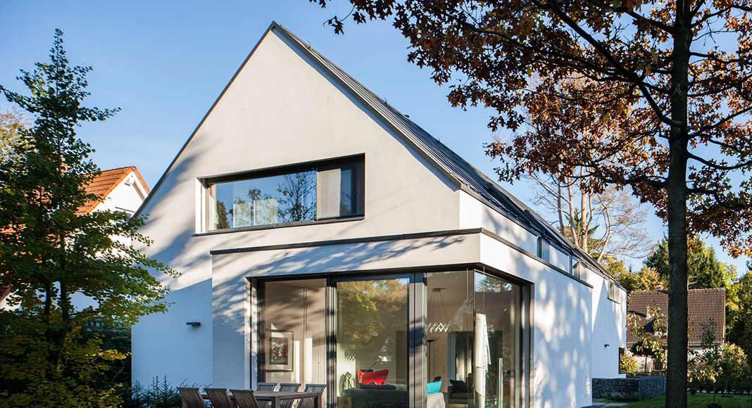Leicht vorspringender Baukörper und bodentiefe Fenster.