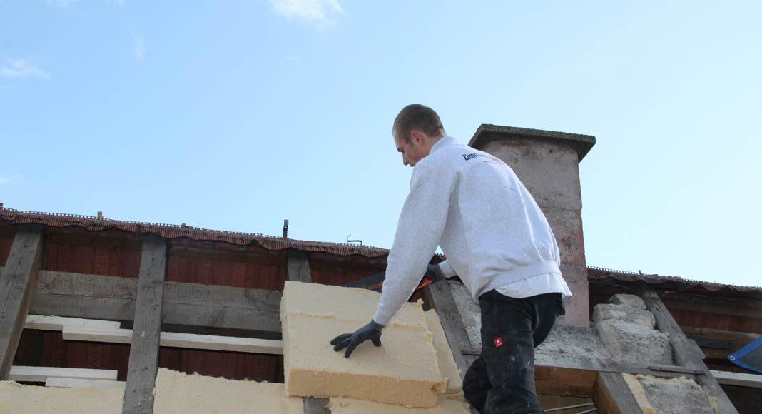 Dachdämmung mit Holzfaser-Dämmplatten.