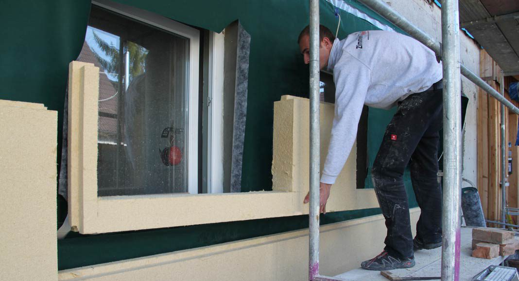Fassadendämmung mit Holzfaser-Dämmplatten.