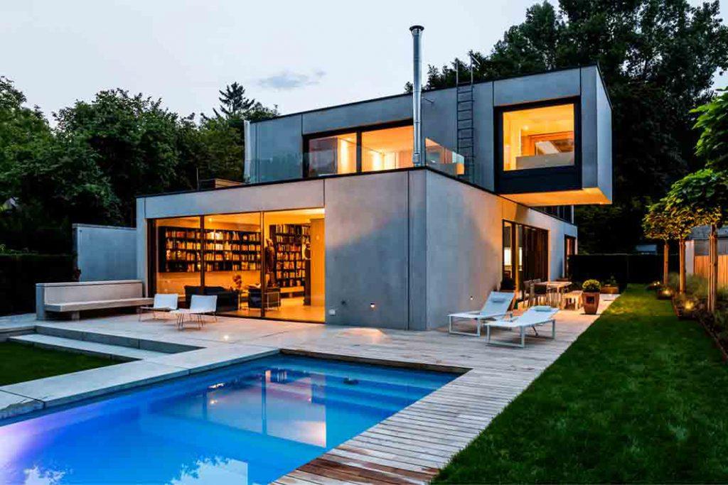 Beton Einfamilienhaus bei Nacht