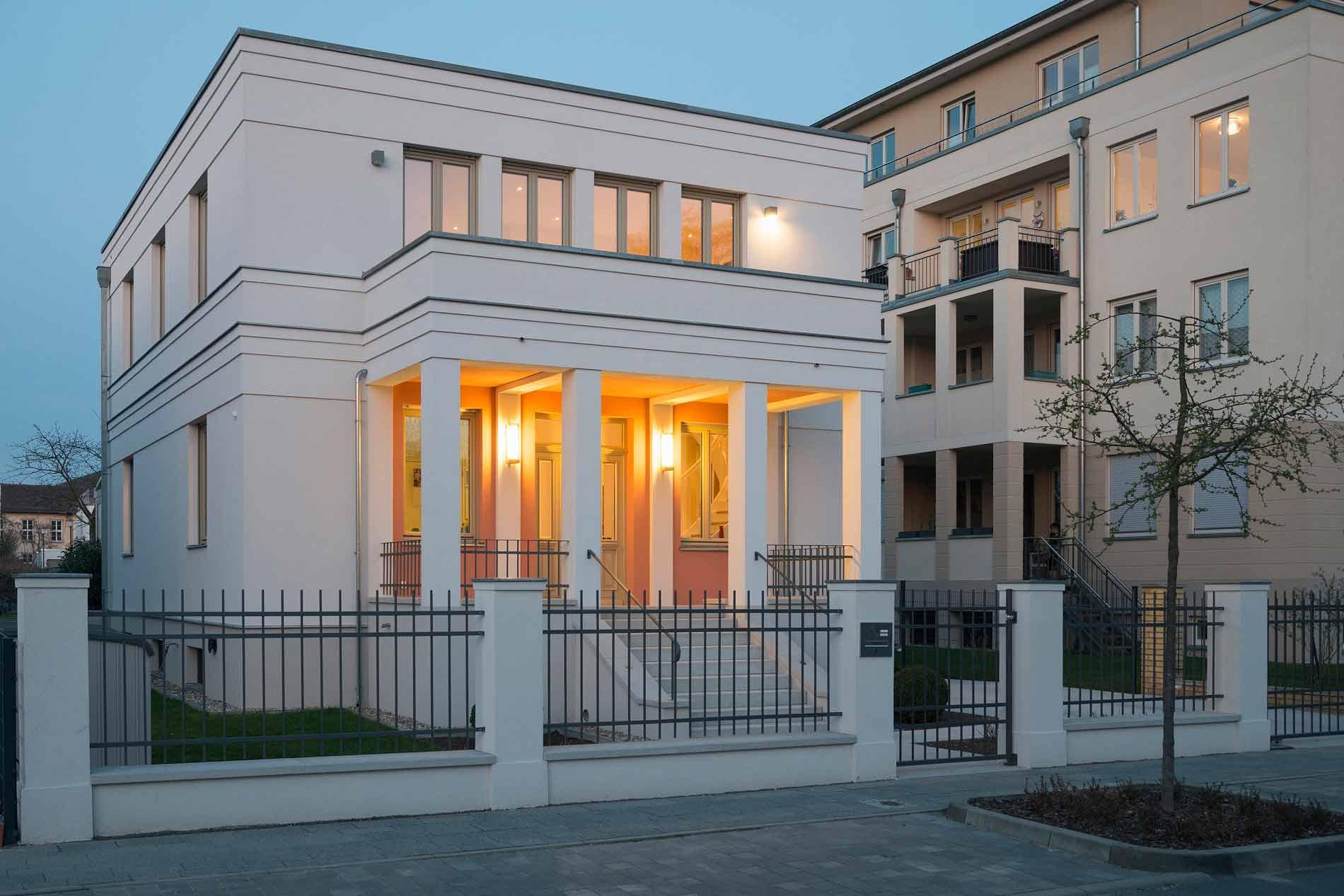 Die Fassadengliederung durch umlaufende Gesimse und einen Portikus basiert auf der Erhaltungssatzung für die Berliner Vorstadt in Potsdam.