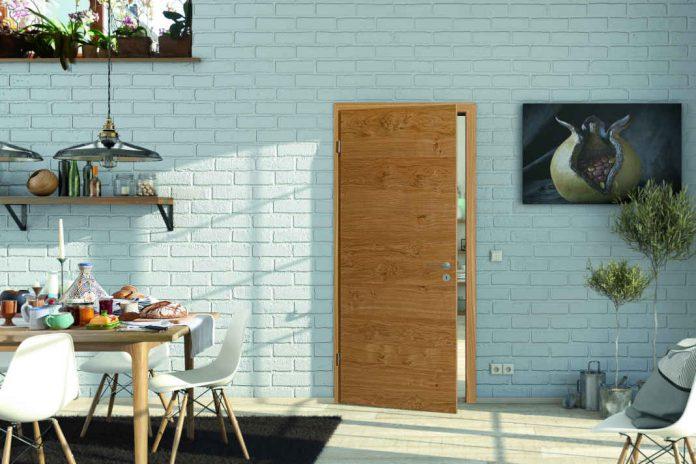 Holztür in modernem Umfeld.