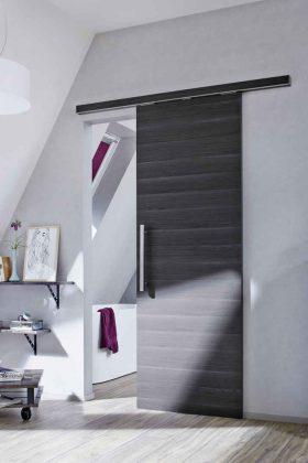 Eine elegante Lösung zur Abtrennung des Badezimmers wurde hier gewählt.