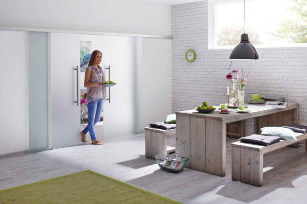 Als Verbindung zwischen Wohnzimmer und Küche bieten sich Schiebetüren an.