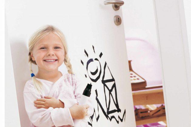 Wenn Kinder in einem Haushalt leben, müssen die Oberflächen von Innentüren extrem robust sein.