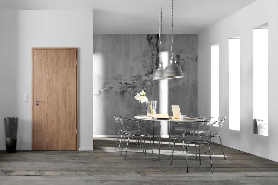 """In schönem Kontrast zum eher kühlen Raumambiente steht das Türmodell """"Optima"""" von Jeld-Wen."""