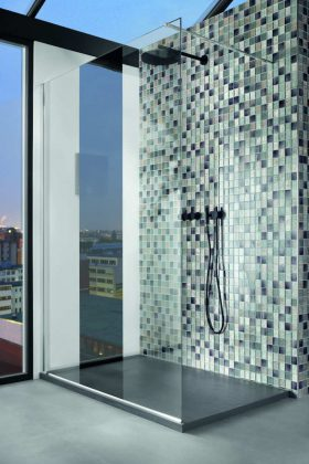 Mit ihrer geringen Aufbauhöhe und einem millimetergenauen Zuschnitt passt sich die Duschwanne aus Hybrid-Mineralgusswerkstoff jedem Raum optimal an.