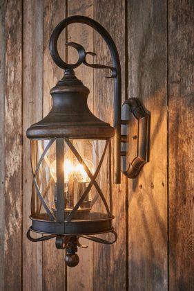 Die Laternenlampe ist an der Wand befestigt.