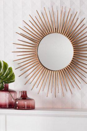großer, goldener Spiegel