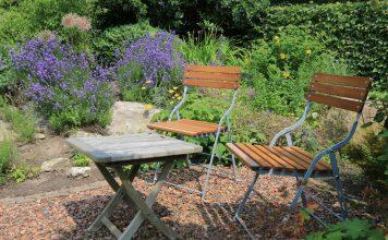 Sitzecke im Garten mit Blumen und grüner BEpflanzung