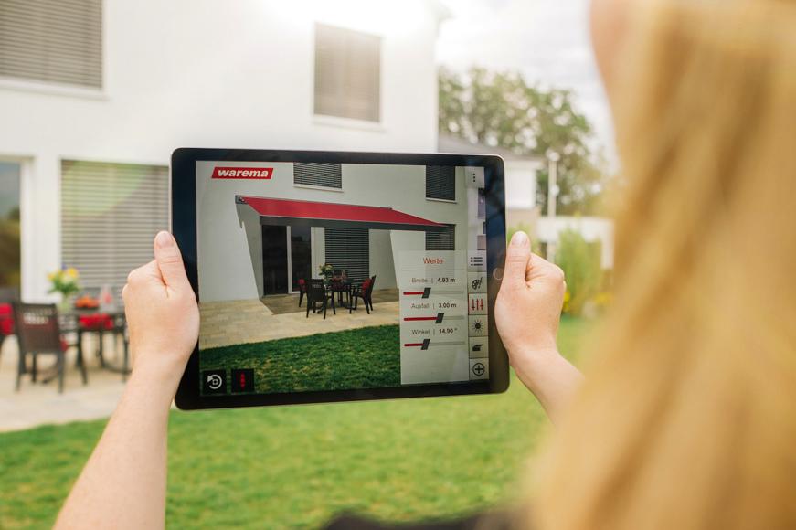 Die App Warema Designer veranschaulicht eine mögliche Markise über das Tablet.