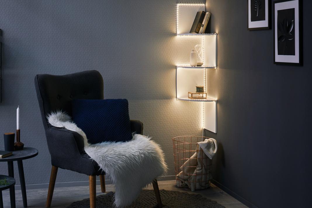 Regal mit indirekter Beleuchtung durch LED Streifen.