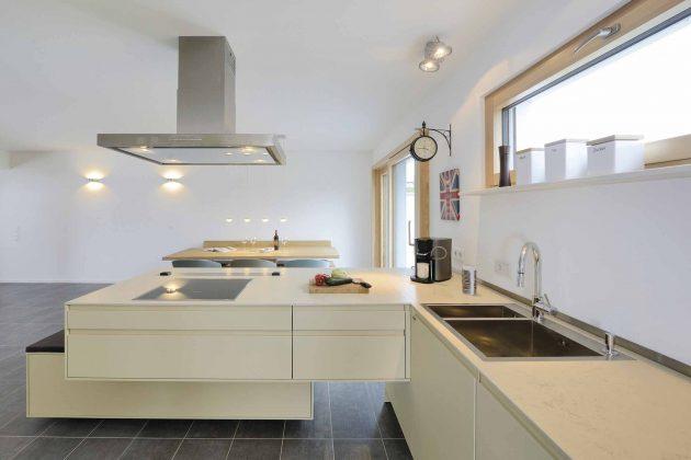 offene Küche im Doppelhaus im Bauhausstil