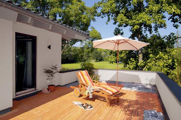 Dachterrasse mit Steingarten und Liege