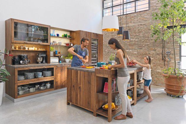 moderne Küche aus Holz mit Tresen