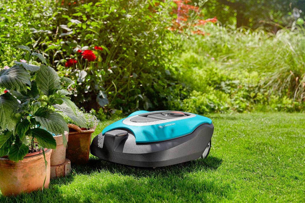 Rasenroboter von Gardena umfährt ein Hindernis
