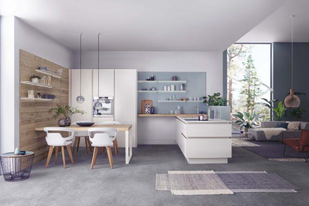 moderne Küche mit Esstisch und farblich abgestimmtem Wohnbereich