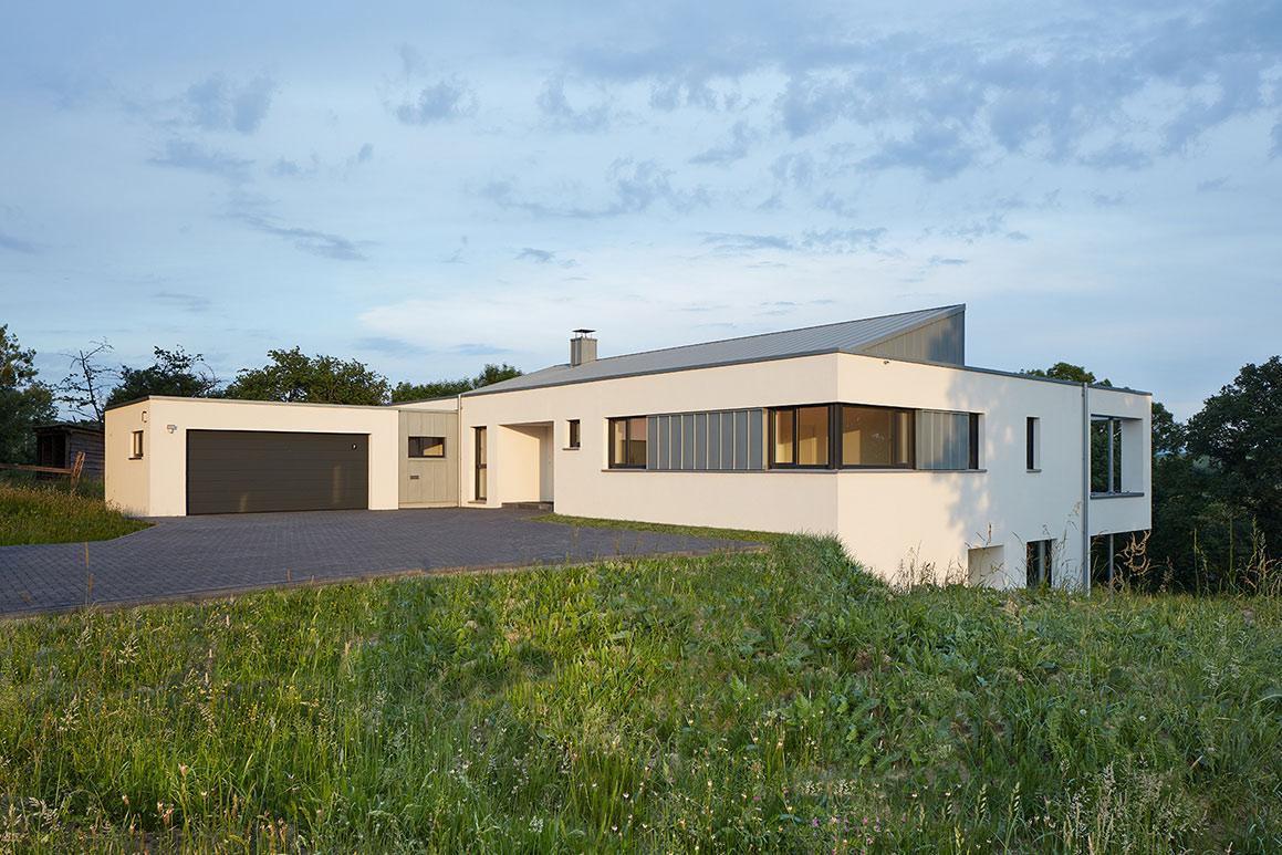 geschlossene Seite des quaderförmigen Gebäudes - KS-ORIGINAL GmbH