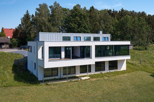 Gartenansicht des quaderförmigen Baus - KS-ORIGINAL GmbH