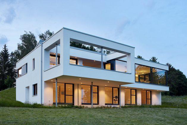 hervorstehende Terrasse im Obergeschoss des quaderförmigen Baus - KS-ORIGINAL GmbH
