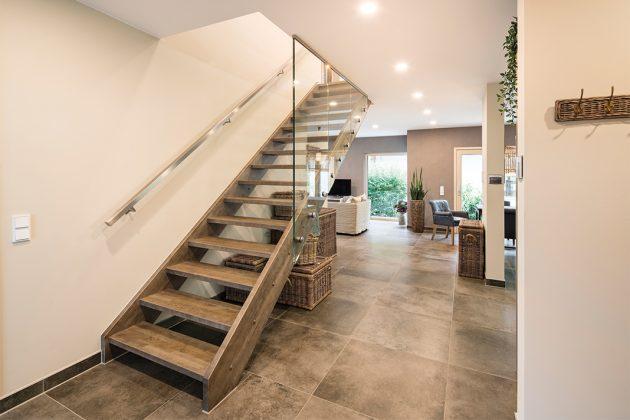 Die Treppe in der Diele führt ins Obergeschoss.