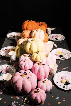 künstlicher Kürbis aus Pappe. Halloween Deko für Party