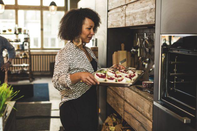 Backofen auf Arbeitshöhe in moderner Küche