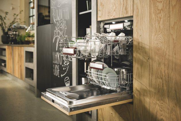 Geschirrspüler in renovierter Küche auf Arbeitshöhe