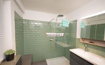 Das Familienbad bietet Komfort und Stauraum für groß und klein.