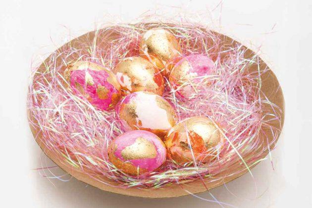 Osterdeko mit Ostereiern in einer Schale