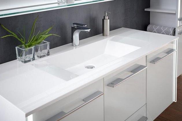 Weißer Waschtisch im Badezimmer